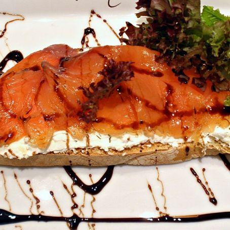 tosta-de-salmon-ahumado-con-queso-de-cabra-aderezado-con-caramelo